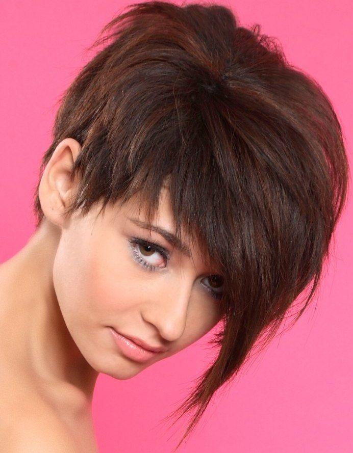 стрижка боб на средние волосы с челкой и короткой макушкой